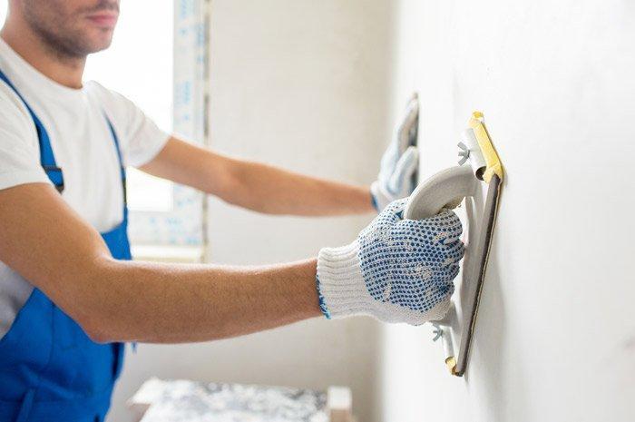 operaio durante Intonacatura all'interno di una casa