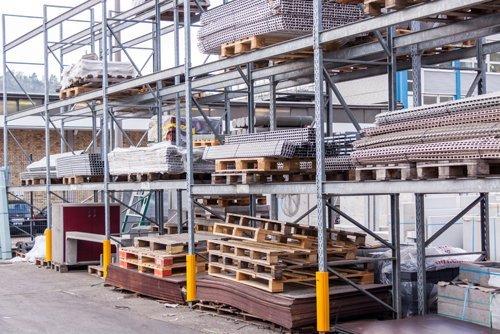magazzino con materiali edili per vendita
