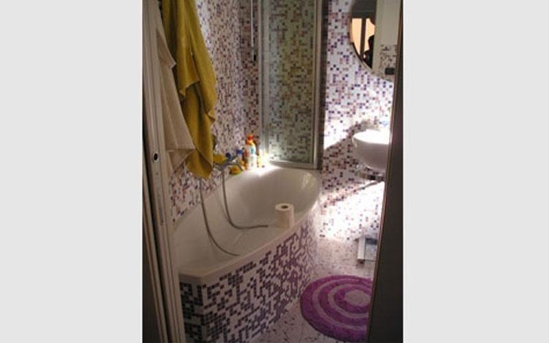 bagno ristrutturato a mosaico