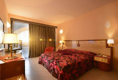 camera matrimoniale elegante presso l'Hotel Mec Paestum a Capaccio