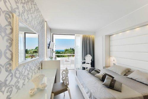 camera da letto matrimoniale bianca presso l'Hotel Mec Paestum a Capaccio