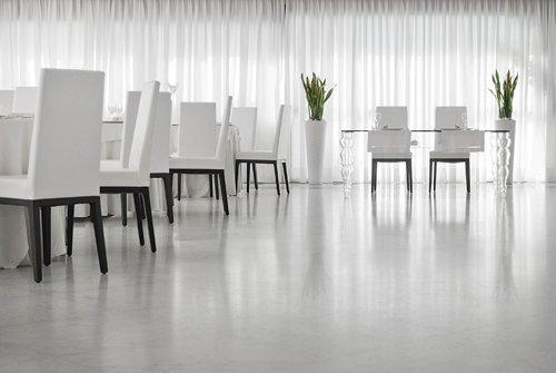 Dettaglio delle sedie e dei tavoli del salone per banchetti dell'Hotel Mec Paestum a Capaccio