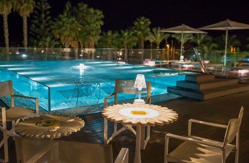Vista notturna della piscina dell'Hotel Mec Paestum a Capaccio