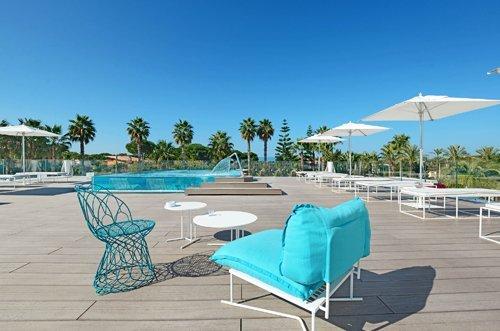 tavolino e poltrone bordo piscina dell'Hotel Mec Paestum a Capaccio