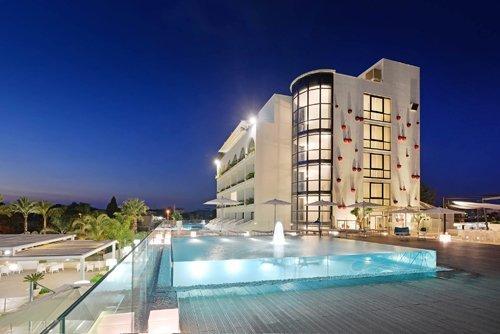 vista panoramica notturna della piscina e dell'Hotel Mec Paestum a Capaccio