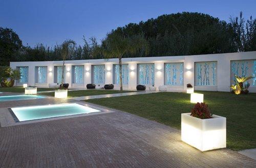 Illuminazione notturna suggestiva dell'outdoor dell'Hotel Mec Paestum a Capaccio