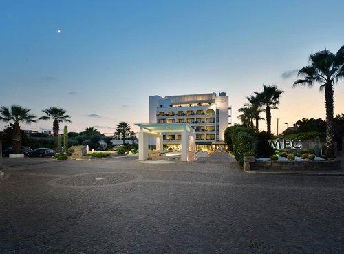 vista frontale dell'ingresso dell'Hotel Mec Paestum a Capaccio