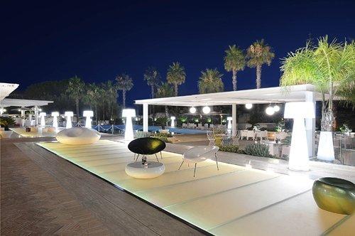 tavoli e poltrone relax bordo piscina dell'Hotel Mec Paestum a Capaccio