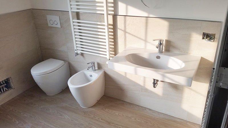 un wc, un bidet e un lavabo in un bagno