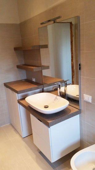 vista di un lavabo moderno in un bagno