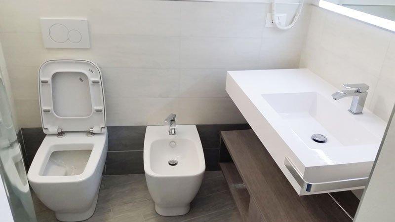 un wc, un bidet e sulla destra un lavabo