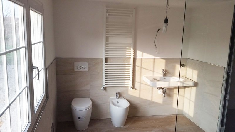 un bagno con di fronte wc, bidet e lavabo