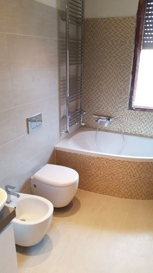 vista di un bidet,un wc e una vasca da bagno