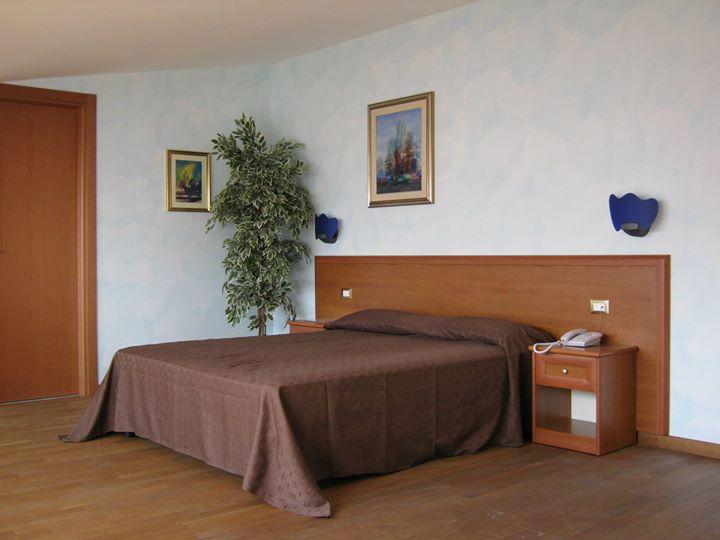 camera da letto con trapunta marrone