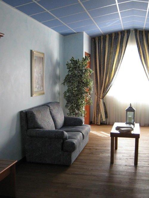una stanza con un divano grigio e un tavolino