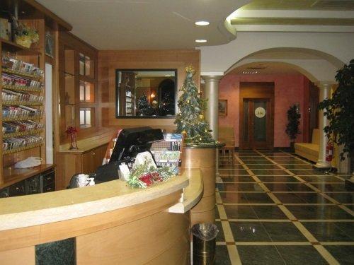 un banco di una reception con un alberello di Natale