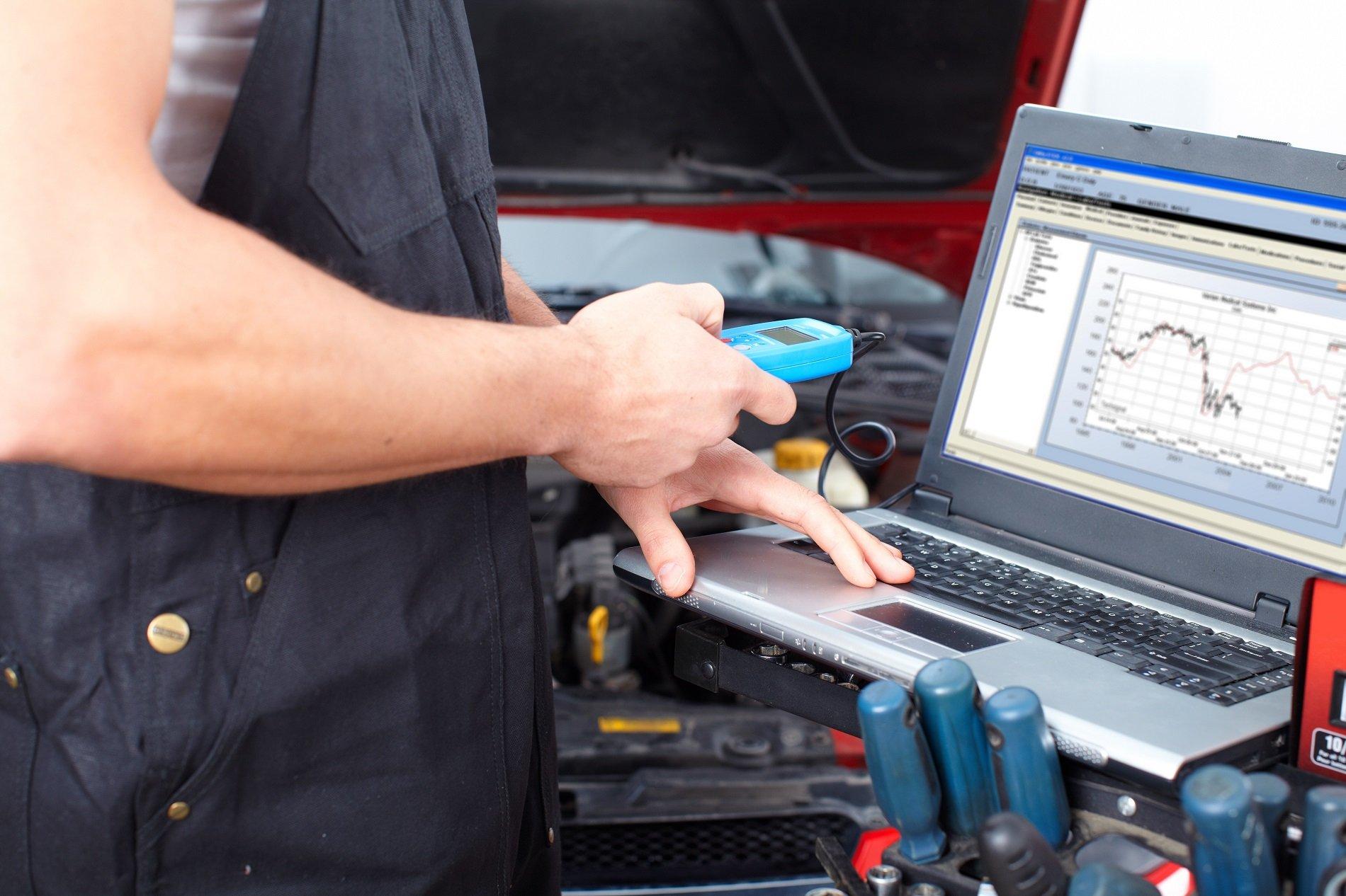 tecnico effettua test computerizzato auto