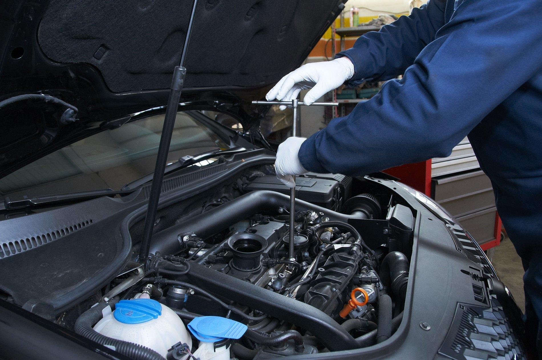 meccanico auto controlla un motore