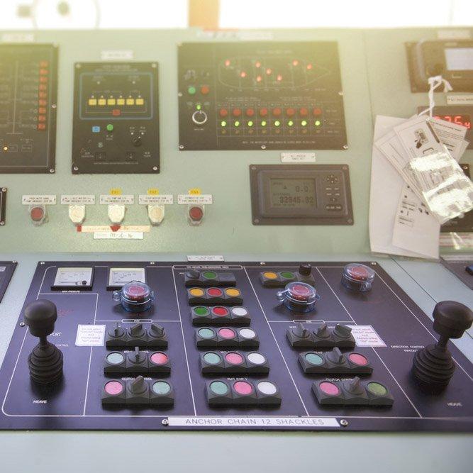 Tavola di controllo dei diversi sistemi elettrici di una nave