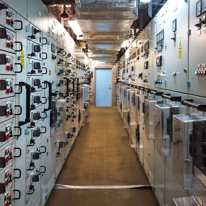 Quadro elettrico per la distribuzione e automazione energia in un'industria