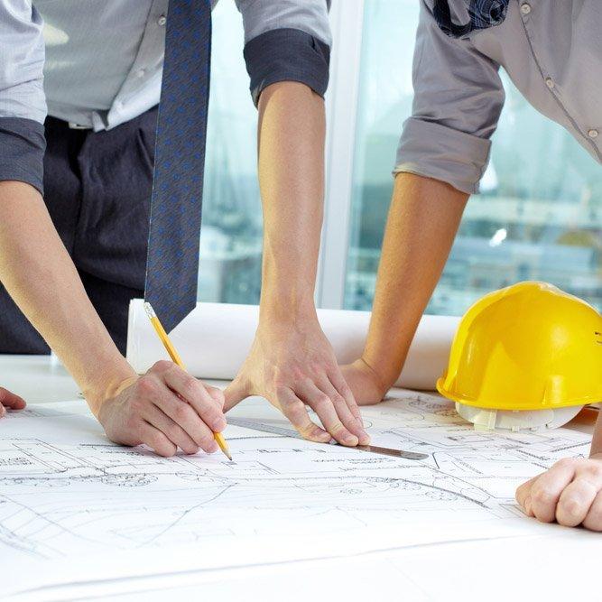 Due tecnici durante la progettazione di un lavoro