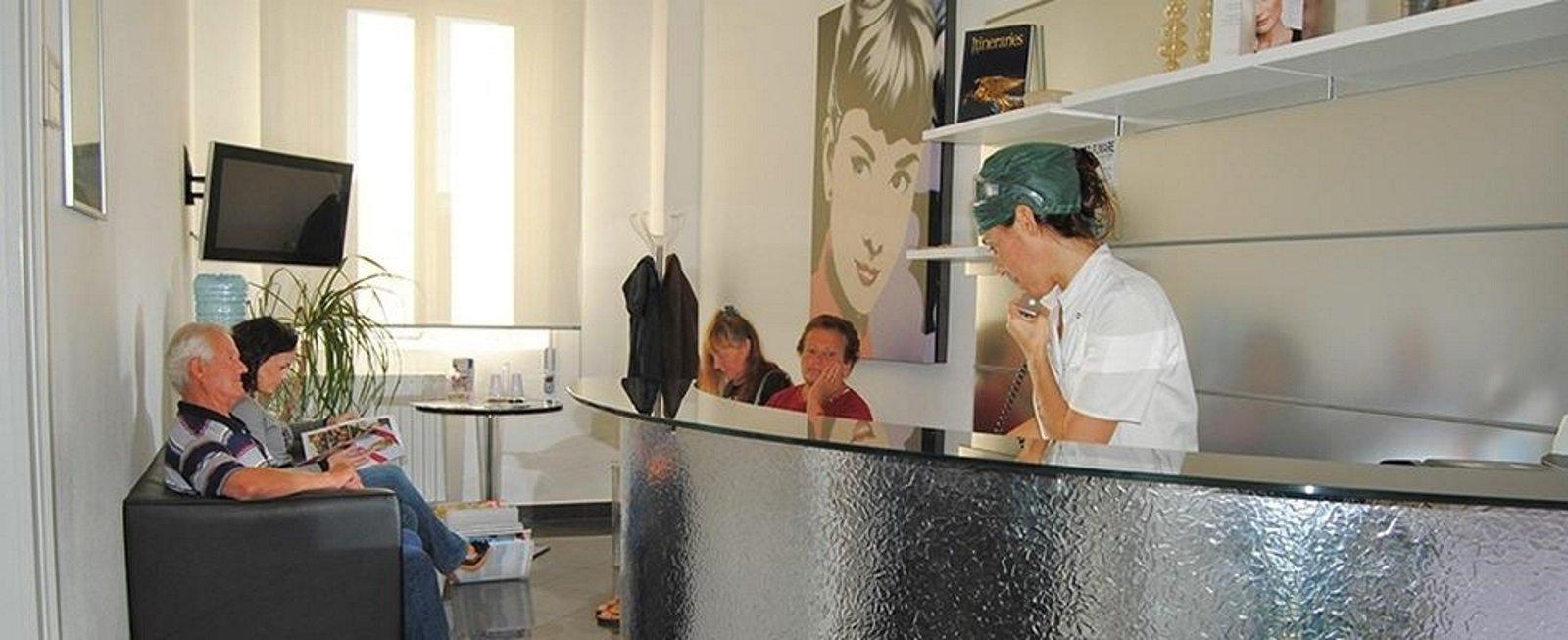 una reception e delle persone in sala d'attesa