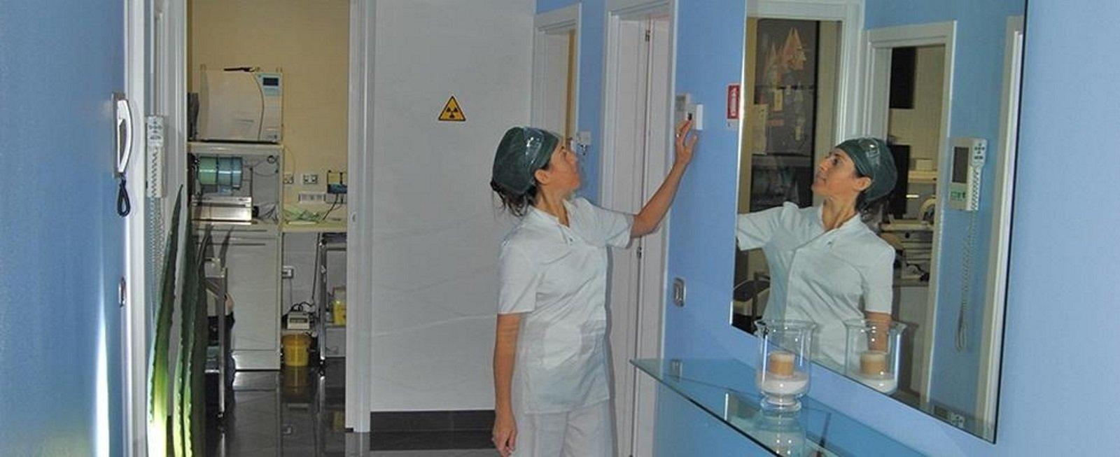 una dentista che preme un interruttore