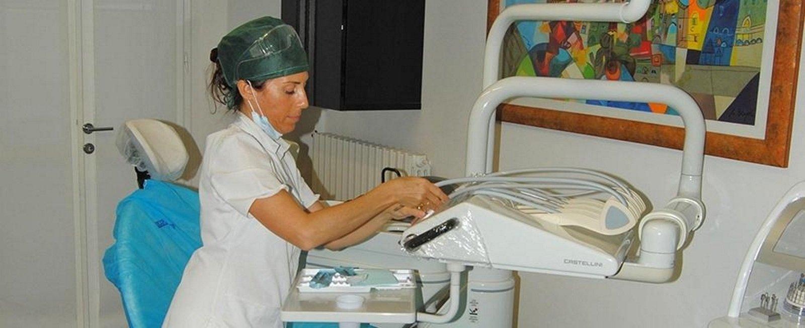 una dentista che sistema delle attrezzature