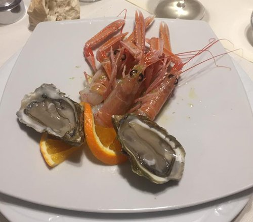 piatto di pesce crudo con ostriche e scampi