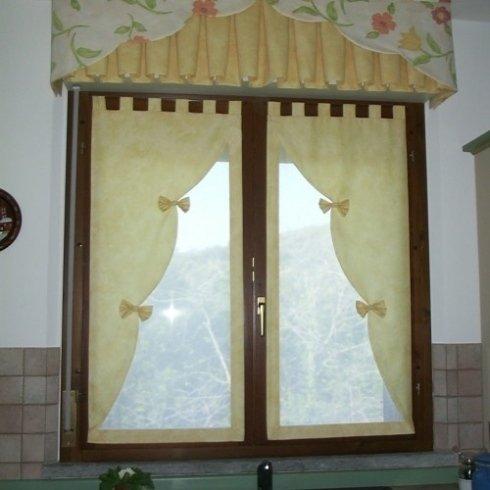 tenda a finestra con fiocchi