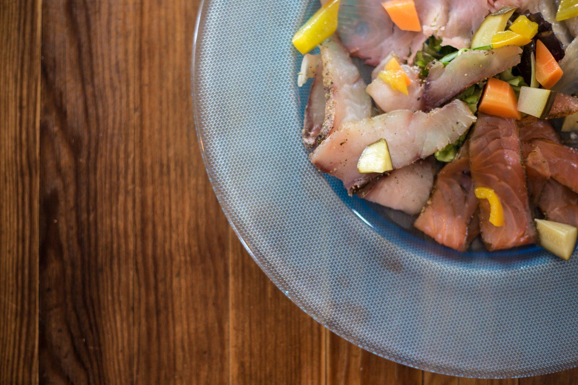 piatto con insalata di pesce