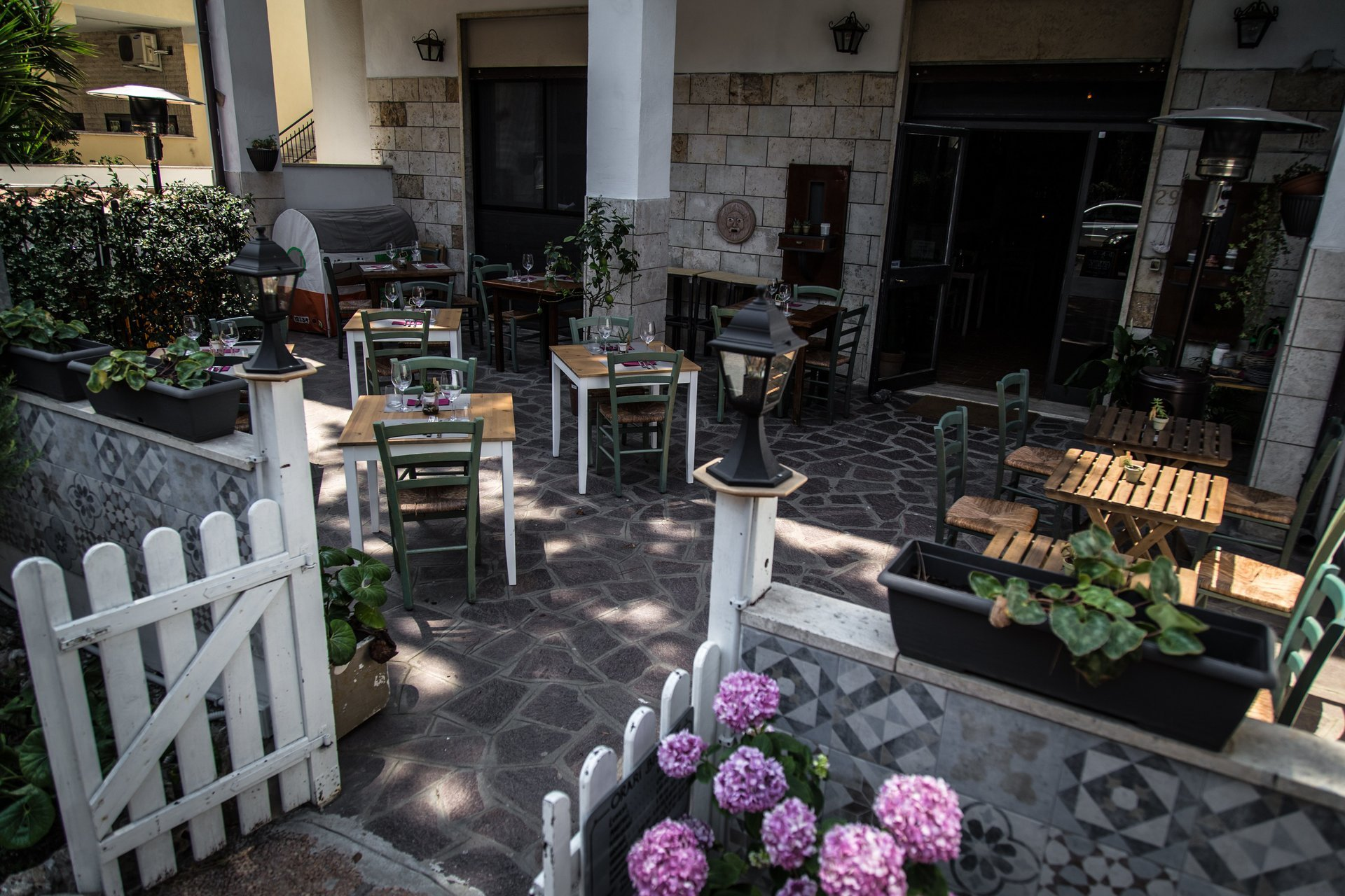 giardino del locale con fiori e tavolini