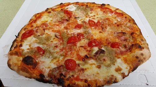 una pizza con pomodorini e formaggio