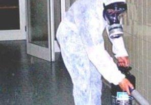 uomo con tuta bianca e maschera anti gas