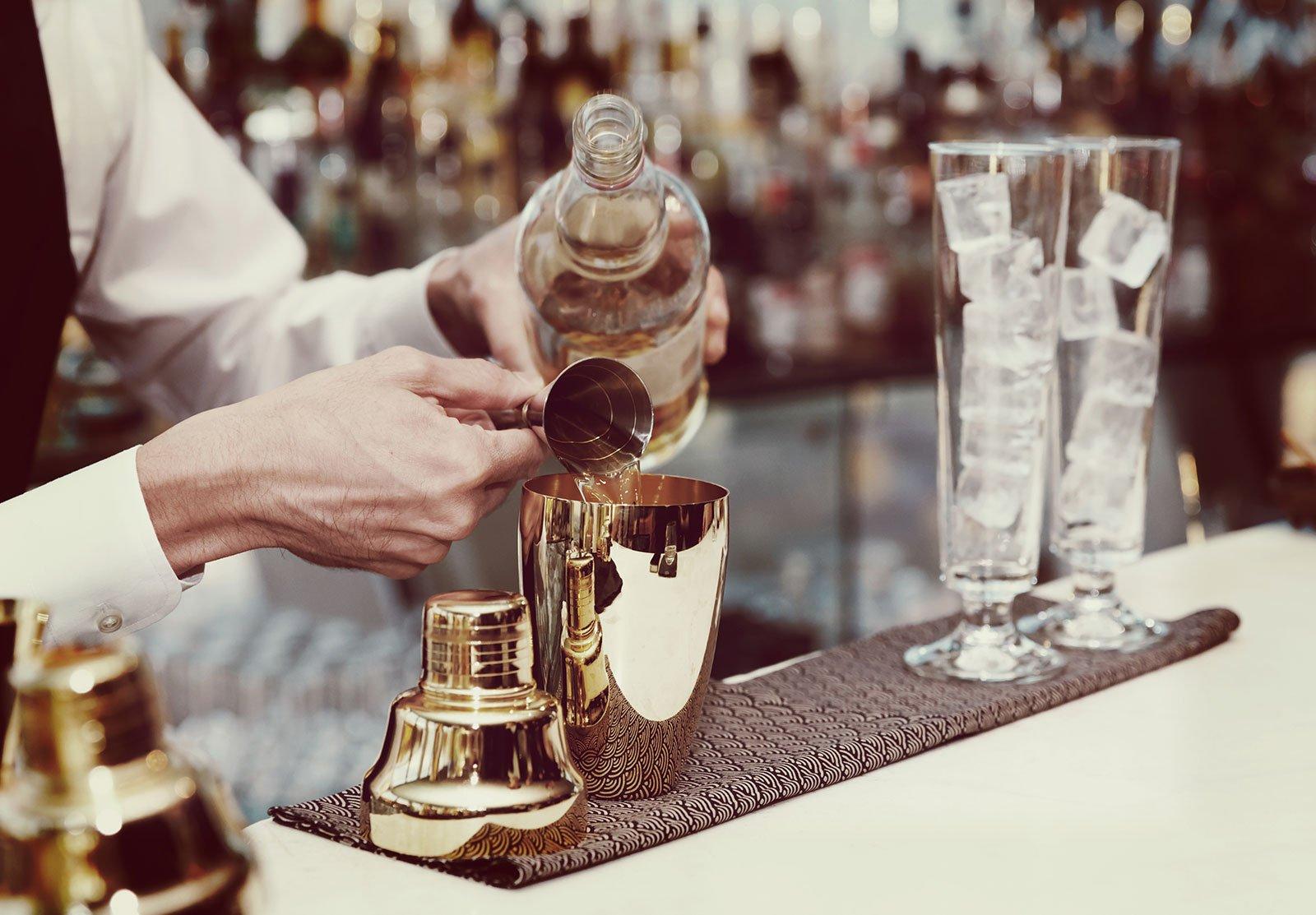 Mettendo liquore nella coctelera