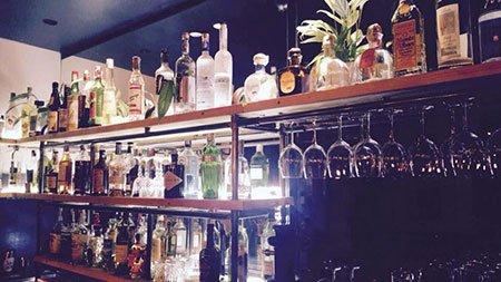 Interno del negozio, bicchieri e bottiglie