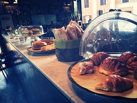 Brioche e panini per la prima colazione