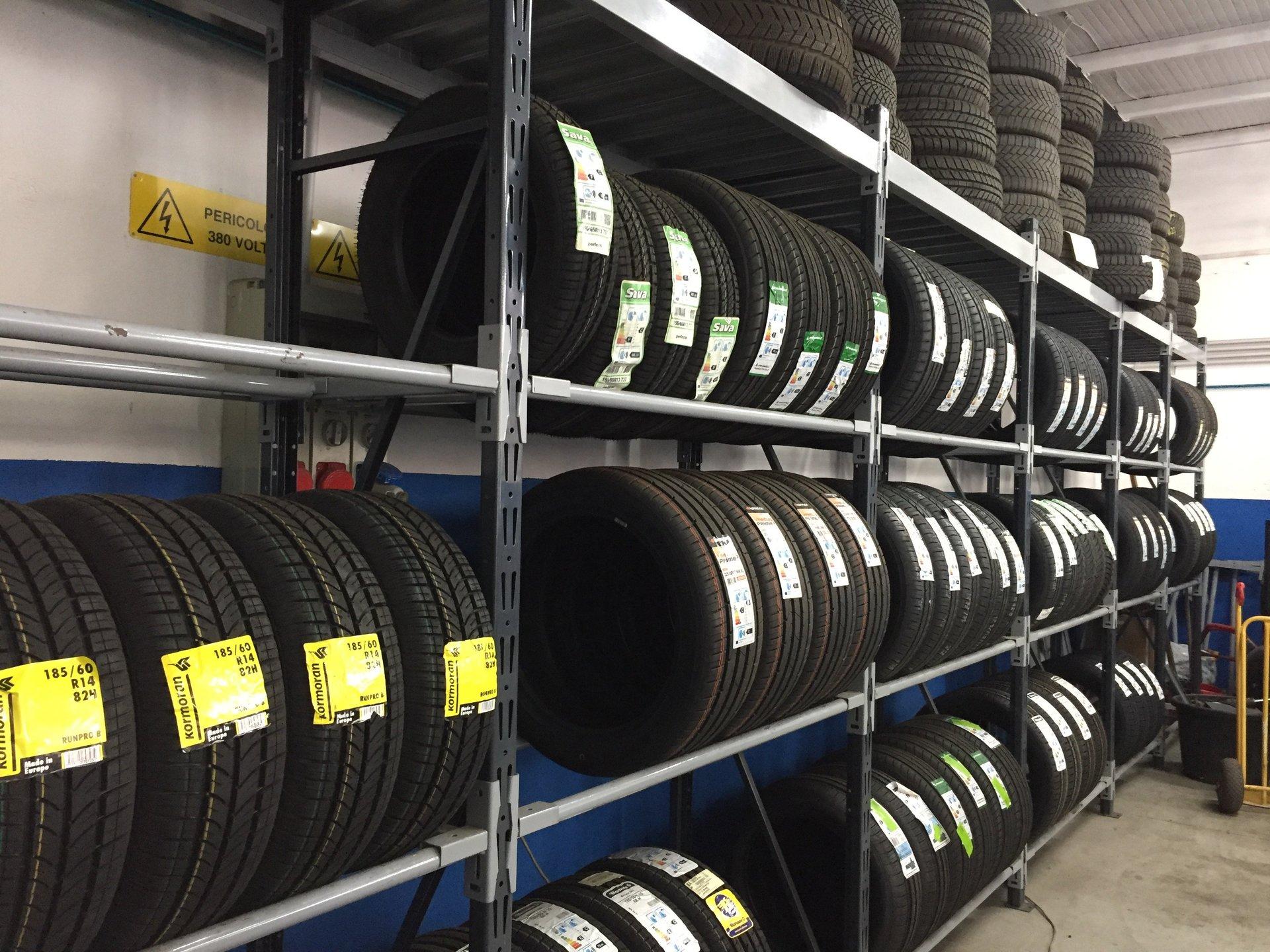 Dei pneumatici sugli scaffali