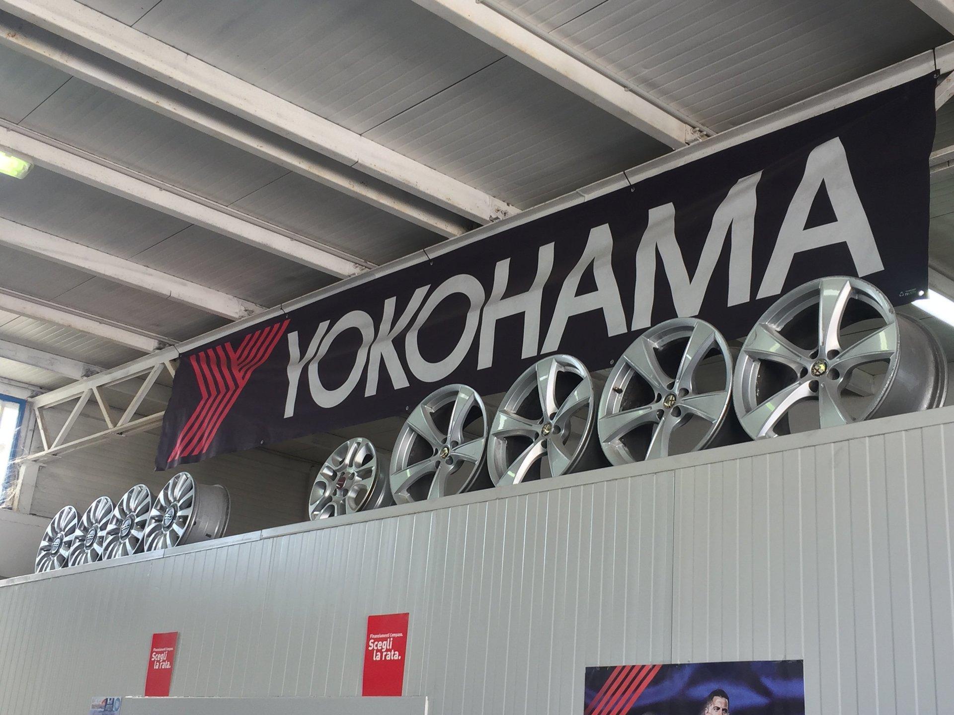 Dei cerchioni e sopra uno striscione con scritto Yokohama