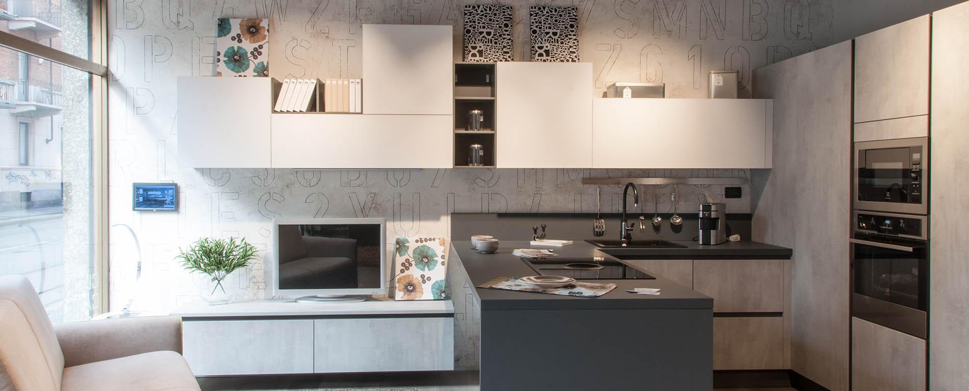 una cucina e salotto open space