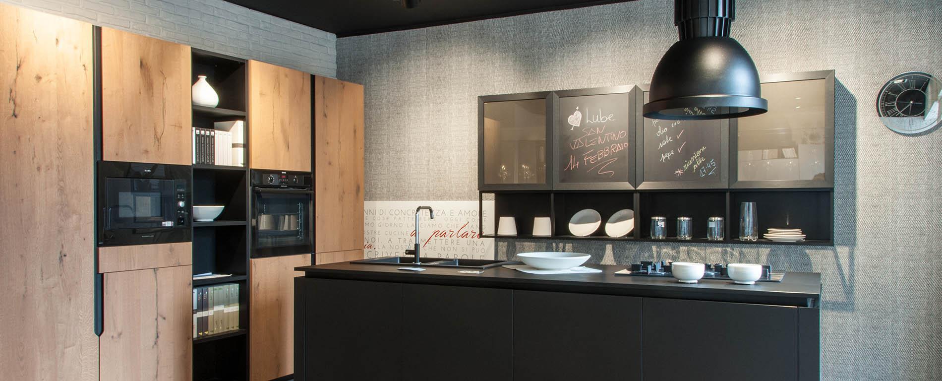 cucina con mobili neri e in legno