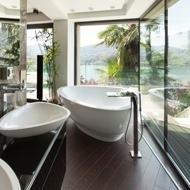 un bagno con due lavabi e una vasca