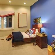 una cameretta con una parete blu, un comodino in legno e un letto
