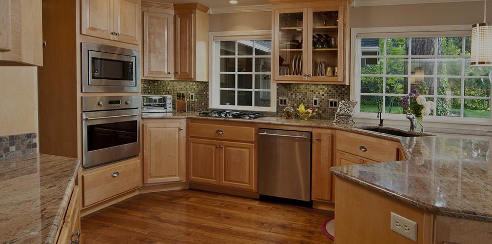 una cucina angolare con mobili marroni e top in marmo