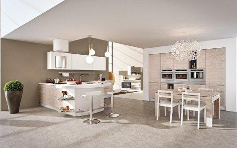 una cucina moderna e un tavolo con le sedie visti dall'alto