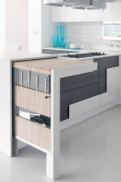 mobile di una cucina color bianco, nero, marrone e dei fornelli
