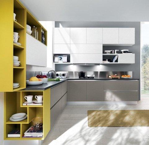 cucina angolare con mobili bianchi,grigi e gialli
