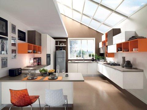 la cucina moderna con mobili bianchi e arancioni