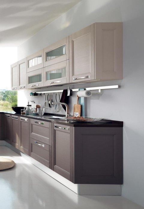 una cucina con mobili marroni e beige