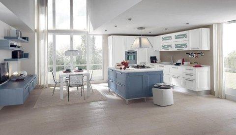 una cucina con mobili azzurri e bianchi